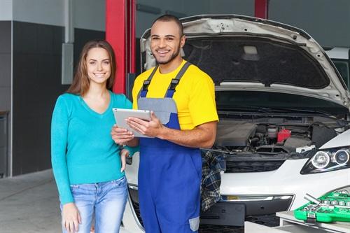Die Bindungspflicht an Werkstätten ist bei Autoversicherungen  oftmal problematisch