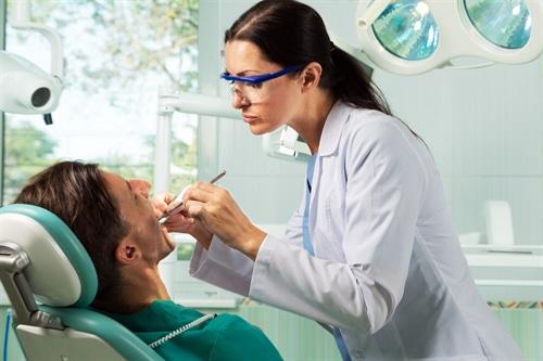 Eine Berufshaftpflichtversicherung, die auch Ärzte- oder Arzthaftpflichtversicherung genannt wird, ist für Ärzte – dazu zählen etwa Zahnärzte, Tierärzte und Ärzte im Ruhestand – Pflicht