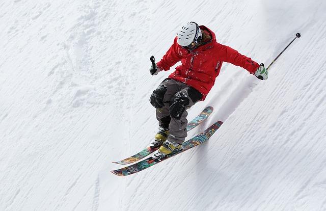 Auf der Piste ist schnell ein Unfall passiert. Doch welche Versicherung zahlt bei einem Skiunfall?