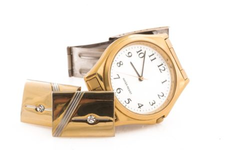 Goldener Schmuck und Uhr