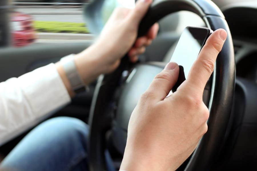 Suche nach runter gefallenem Mobiltelefon während der Fahrt ist grob Fahrlässig