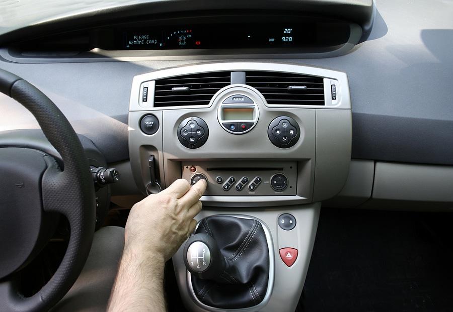 Verkehrsunfall durch Bedienung Autoradio - Leistungsfreiheit Versicherung