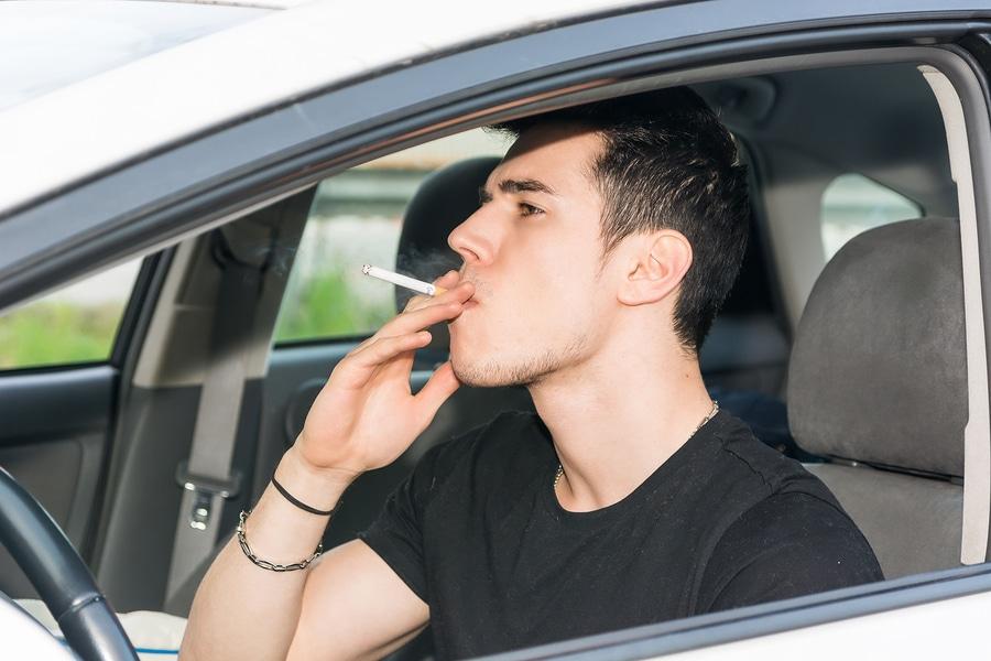 Rauchen am Steuer ist grob Fahrlässig