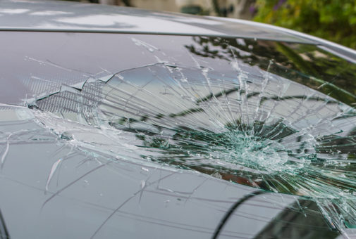 Zerstörte Windschutzscheibe durch Vandalismus