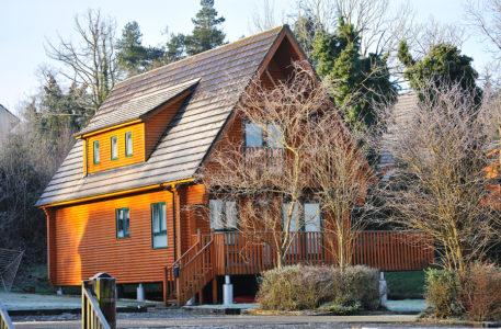 Wohngebäudeversicherung: Kontrolle eines leerstehenden Hauses in der kalten Jahreszeit
