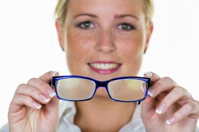 Private Krankenversicherung: Leistungspflicht für Sehhilfen bei Sehschwäche