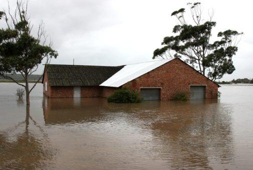 Wann liegt eine Überschwemmung im versicherungsrechtlichen Sinne vor?
