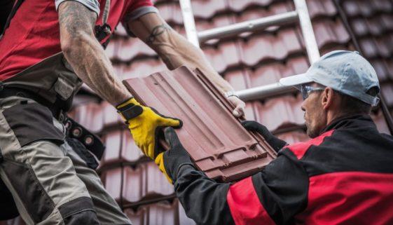 Wohngebäude- und Hausratversicherung – Sturmschäden bei alter Dachabdeckung