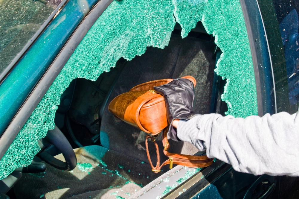 Hausratversicherung – Handtaschendiebstahl aus Fahrzeug