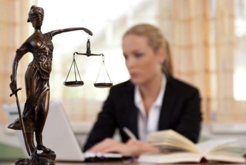 Rechtsschutzversicherung - Formularklausel über Beschränkung des Rechts auf freie Anwaltswahl