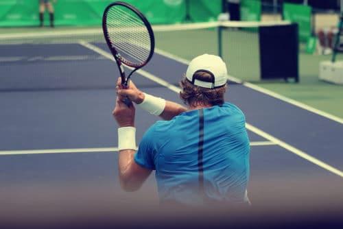 Unfallversicherung - erhöhte Kraftanstrengung bei Rückhandschlag eines Tennisspielers