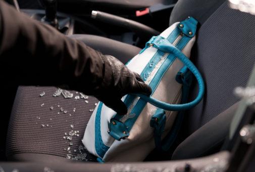 Hausratversicherung – Handtaschenraub aus Fahrzeug