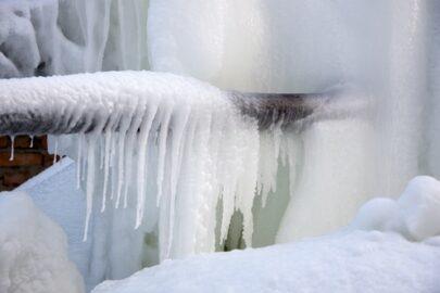 Gebäudeversicherung -Zufrieren von Wasserleitungen in einem leer stehenden Haus
