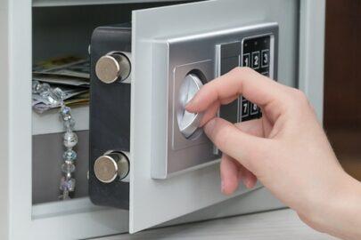 Einbruchdiebstahlsversicherung - Tresoröffnung mittels Zahlenkombination - Nachschlüsseldiebstahl