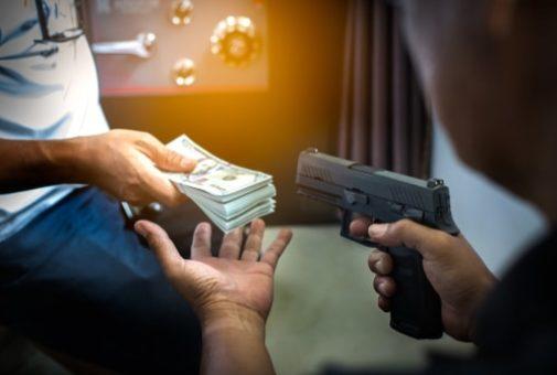Hausratsversicherung - Raub von auf Verlangen des Täters herangeschafftem Geld