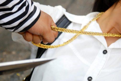 Hausratversicherung - versicherter Raub bei Abreißen einer Halskette