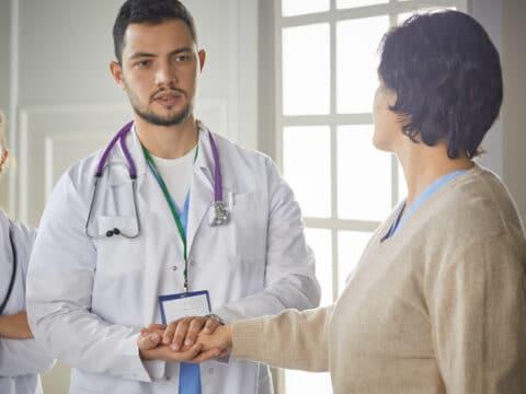 Krankheitskostenversicherung - Behandlungskosten durch einen angestellten Arzt